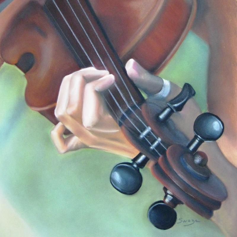 Les mains d'une violoniste sur son instrument